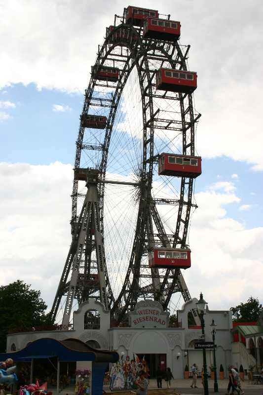 The amusement park Prater in Vienna. This is one of my tip things to do in Vienna, Austria. Read the article and see the other five top places to visit in Vienna. #Vienna #travel #Viennatravel #viennaattractions