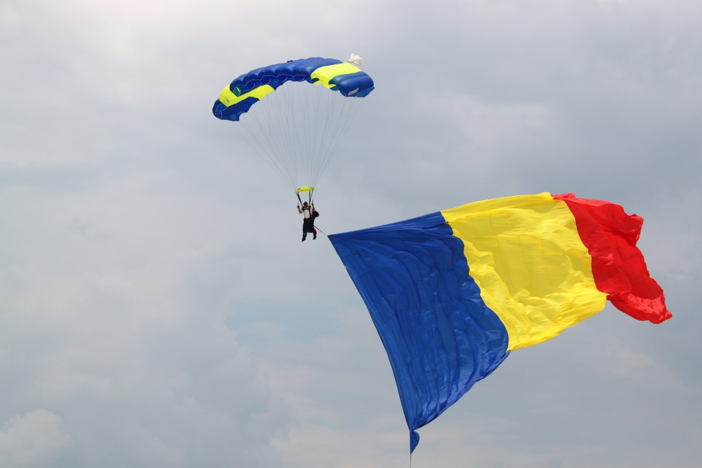 TNT Brothers – Sky divers demonstration - Romanian flag