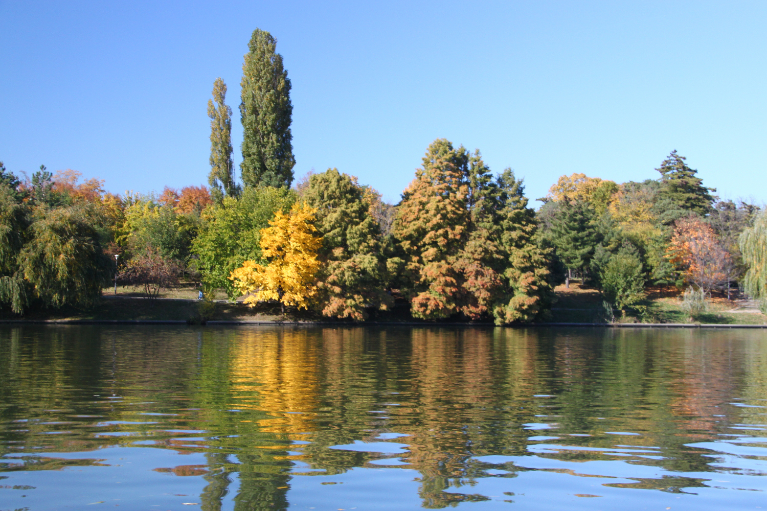 Autumn colors in Herastrau Park in #Bucharest, Romania - 5 must see places in Bucharest