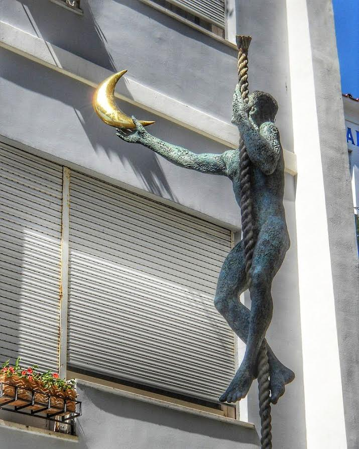 A nice statue in Capri, Italy - 10 photos that will make you want to travel to Capri, Italy