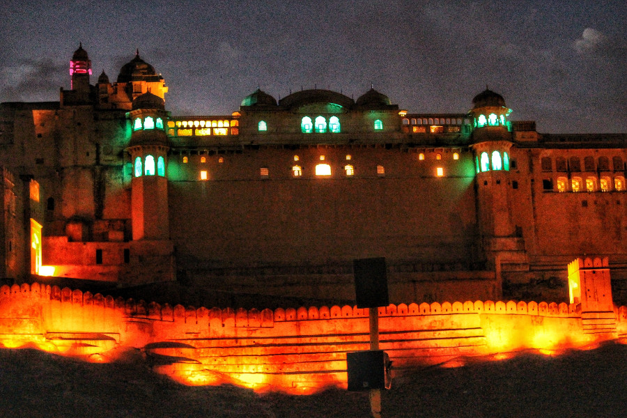 Night light and sound show at the Amber Fort (Amer) in Jaipur, India. Read this comprehensive guide to Jaipur India written by a local to find out when it's the best time to visit Jaipur, what to see in Jaipur, where to eat in Jaipur, where to stay in Jaipur for any budget, and tips for Jaipur #Jaipur #India #indiatravel #Jaipurguide #Jaipur #Asia #travelasia #travelguide #Jaipurguide