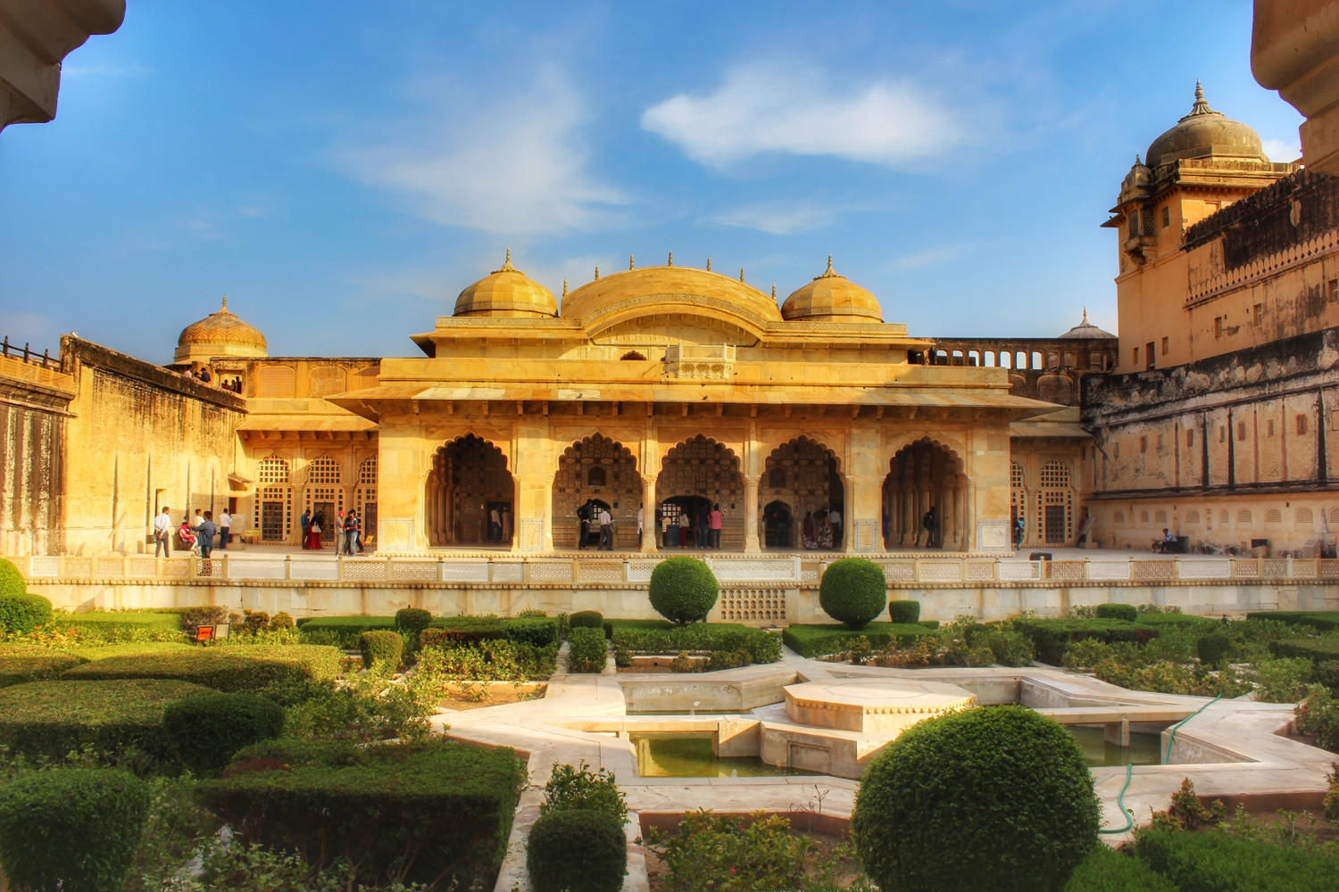 Sheesh Mahal - Amber Fort in Jaipur, India. Read this ultimate guide to Jaipur (Pink City) India and learn the top things to do in Jaipur India, food in Jaipur, accommodation in Jaipur from an insider. #Jaipur #India #indiatravel #Jaipurguide #Jaipur #Asia #travelasia #travelguide #Jaipurguide