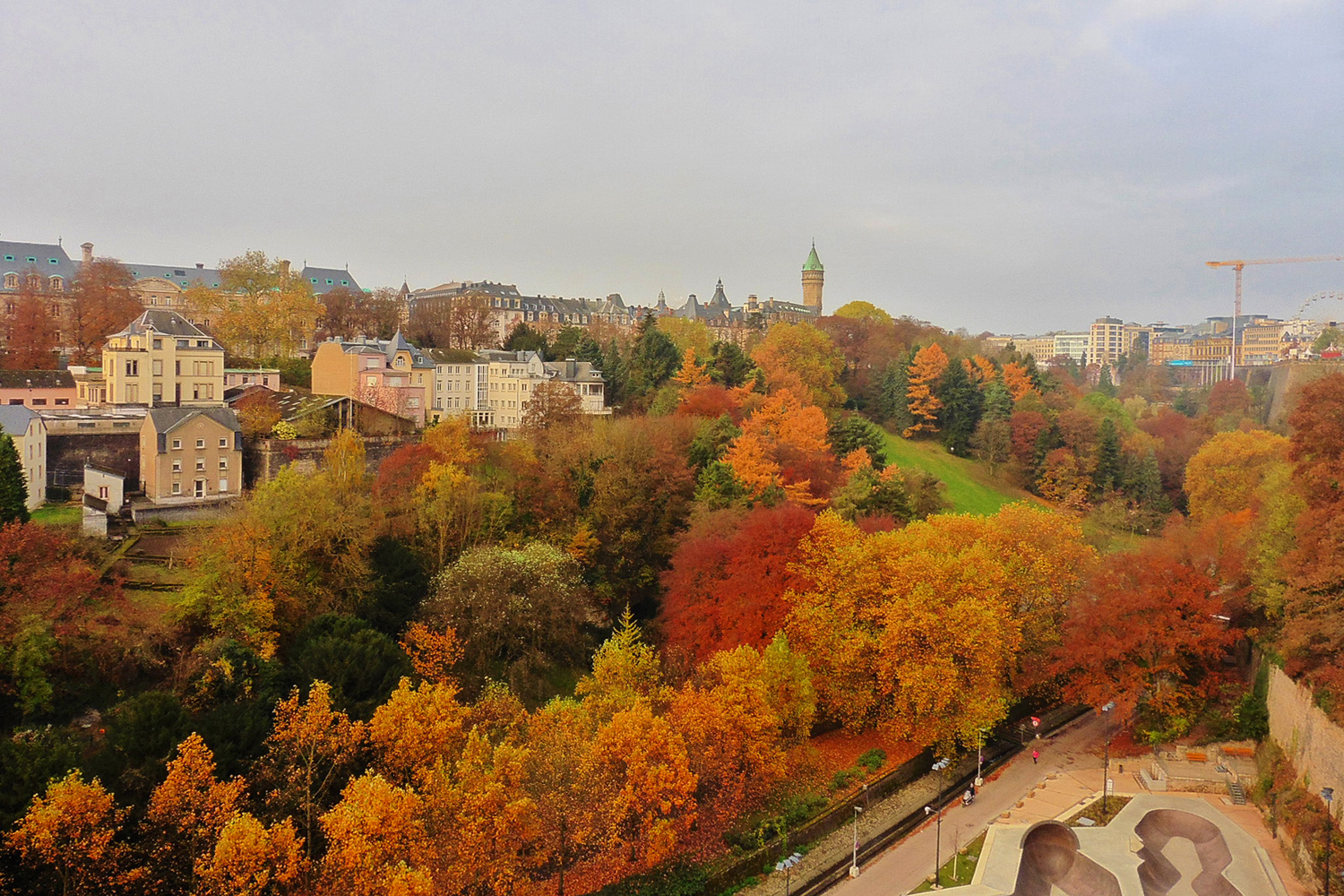 Luxembourg City is one of the best cities to visit in Europe in autumn. If you like colorful autumn trees, then read this article and discover where to see the most beautiful fall colors in Europe #Europe #fall #fallfoliage #foliage #europefoliage #fallcolors #fallcolours #colours#autumn #luxembourg