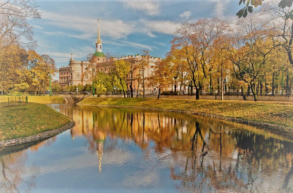 Saint Petersburg, Russia is one of the best cities to visit in Europe in autumn. If you like colorful autumn trees, then read this article and discover where to see the most beautiful fall colors in Europe #Europe #fall #fallfoliage #foliage #europefoliage #fallcolors #fallcolours #colours#autumn #russia #saintpetersburg #stpetersburg