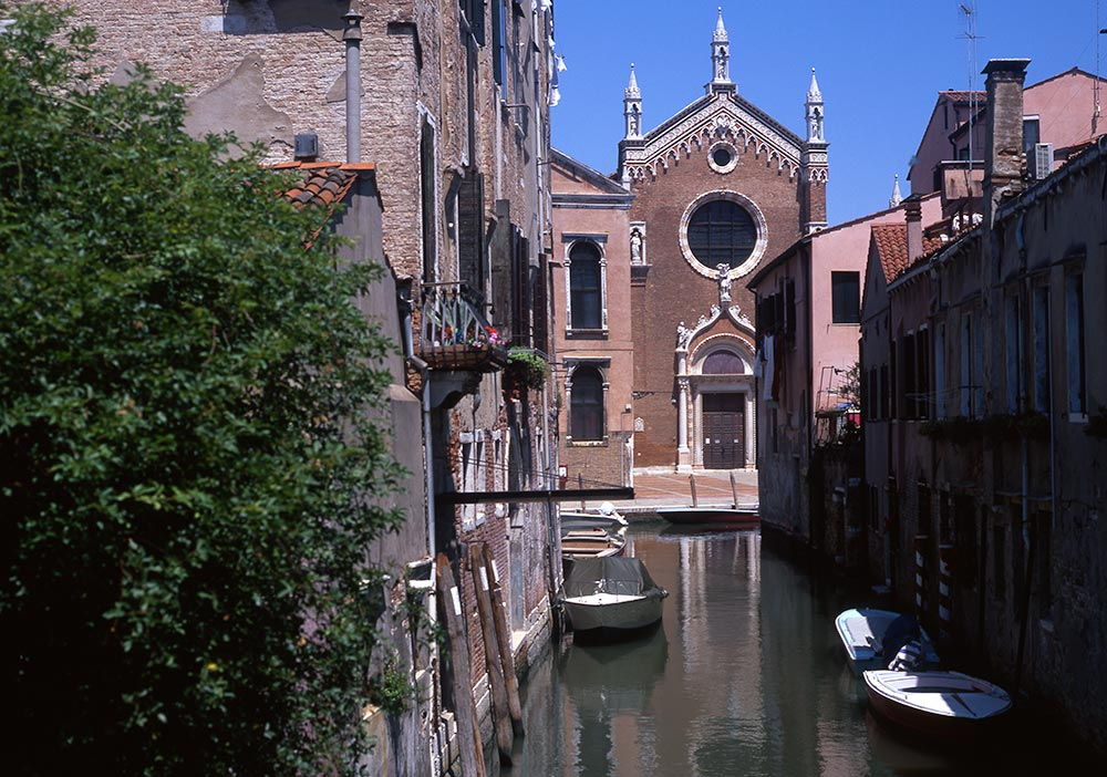 Madonna dell' Orto - The church of Madonna of the Garden in Venice, Italy. Read this Venice city guide and discover what to see in Venice, Italy. #venice #italy #veniceguide #europe #venicetraveling #venicetravel