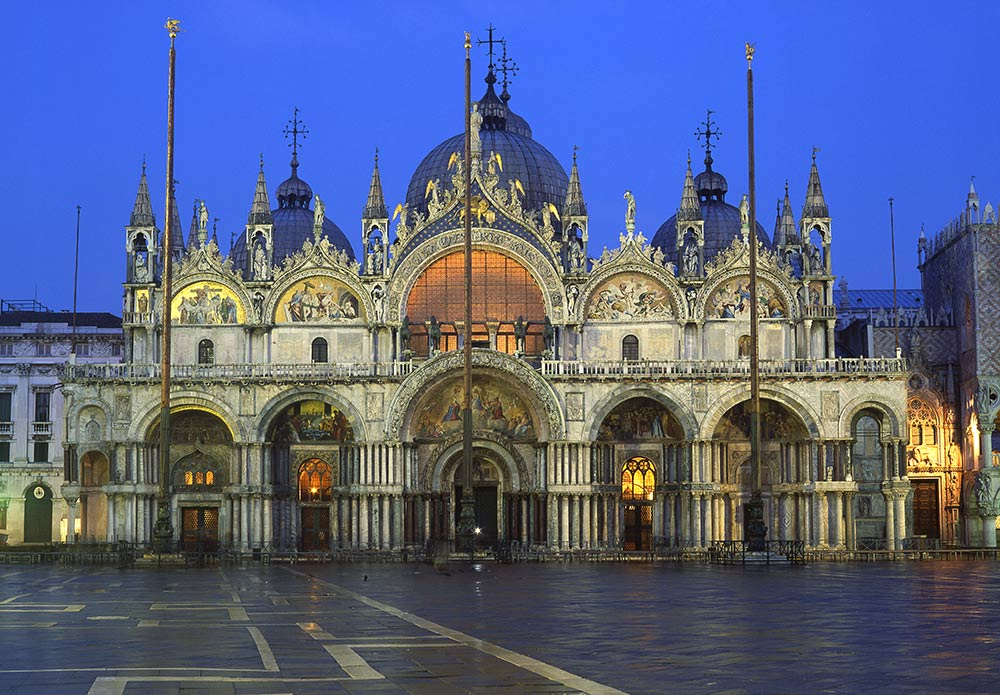 Basilica di San Marco, Venice, Italy. Saint Mark's Basilica is one of the top things to see in Venice. Read this guide to Venice to discover what to do in Venice and tips for Venice. #venice #italy #veniceguide #europe #venicetraveling #venicetravel
