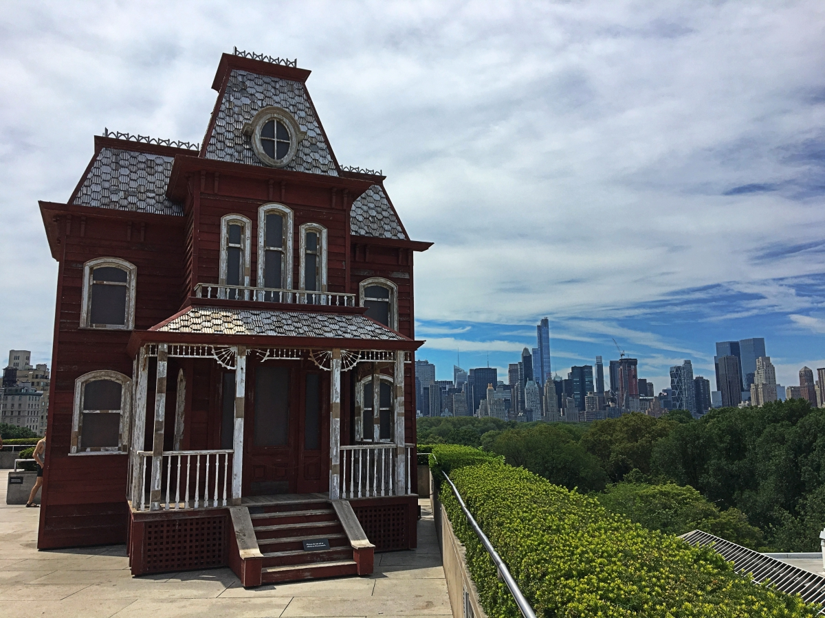 Metropolitan Museum of Art - rooftop terrace. Read this article and discover a perfect NYC 3-day itinerary by a local. #nyc #usa #newyorkcity #nycguide #nycitinerary #nyctraveling #usatraveling #travelguide