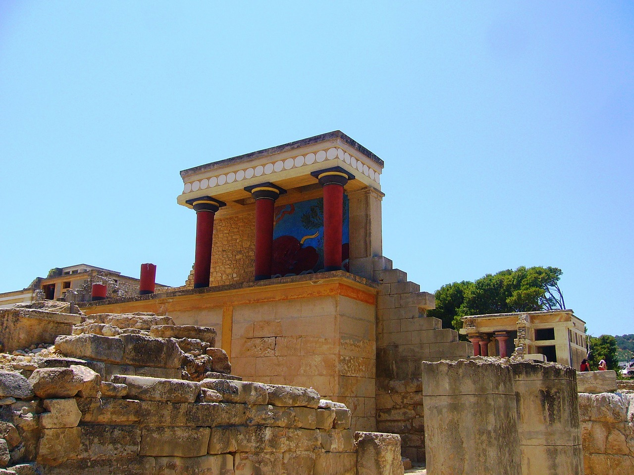 The Palace of Knossos is one of the Crete;s points of interest. Discover what to do in Crete from this Crete guide. #crete #cretetravel #creteguide #cretebycar #cretegreece #greece #europe