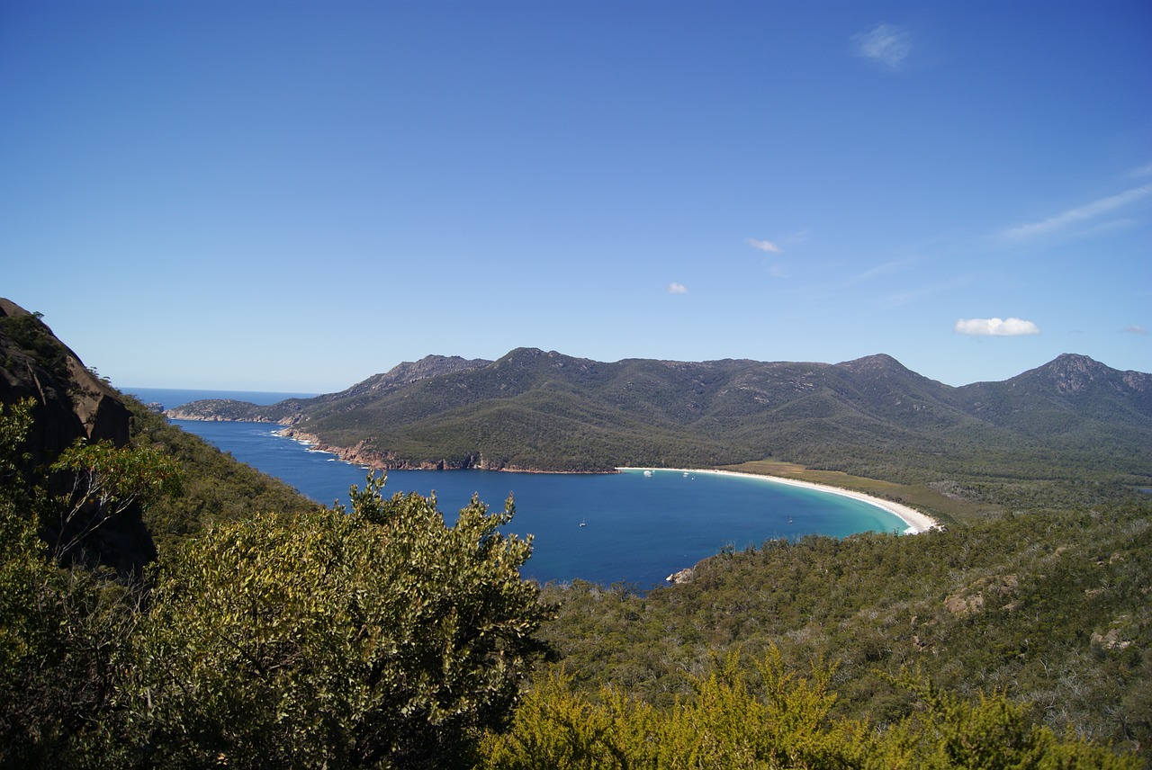 THe beautiful Wineglass Bay in Tasmania is one of the best natural attractions in Tasmania. Discover more Tasmania points of interest from the article. #tasmania #tasmaniawonders #tasmaniaattractions