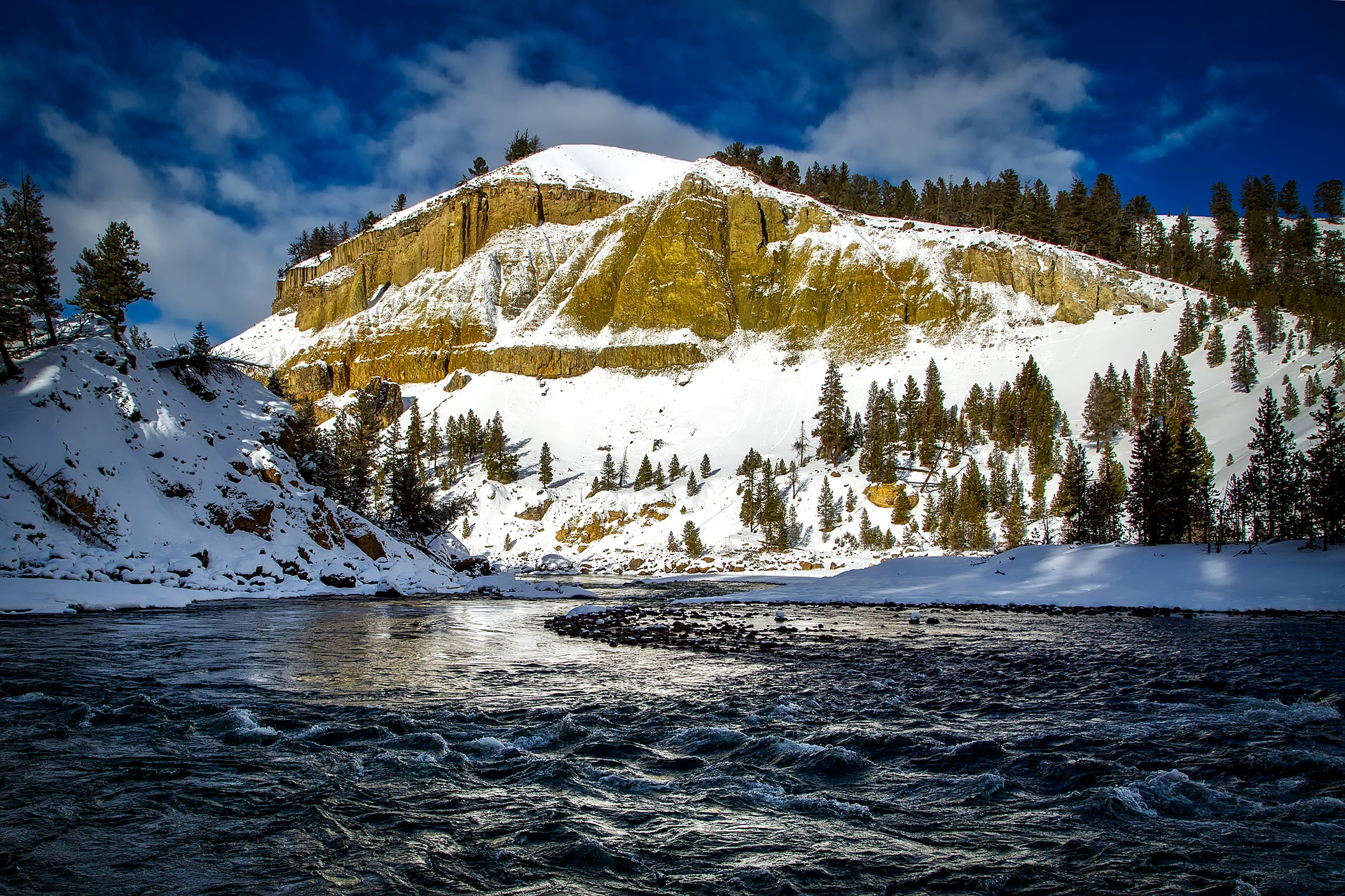 What to do during the winter in Yellowstone + 9 more great places to visit in winter in the USA. #usa #usawinter #winterusa
