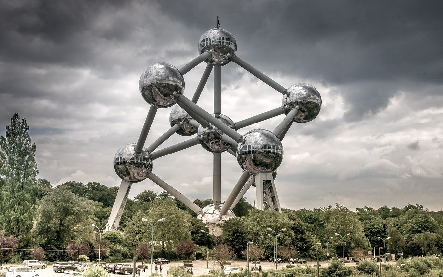 The Atomium in Brussel. Discover the 10 best places to visit in Europe from this article. #europe #europeattractions #europeplacestovisit