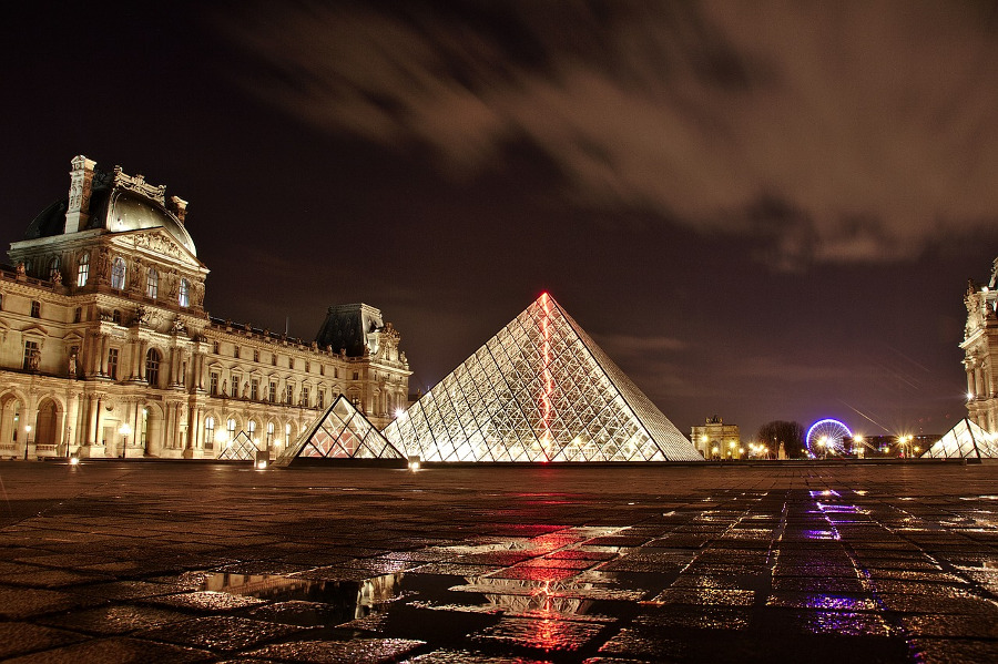 Louvre, Paris is one of the 10 best places sights to see in Europe #europe #europeattractions #europeplacestovisit