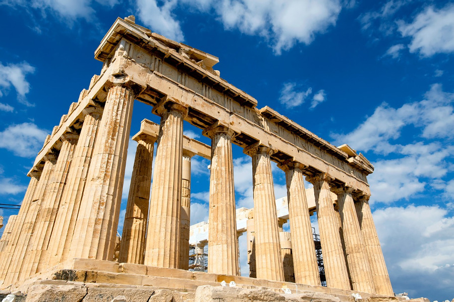 The Parthenon in Greece is one of the 10 amazing tourist attractions in Europe that you simply have to visit! #europe #europeattractions #europeplacestovisit