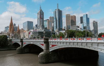 Your complete guide to Melbourne with the best places to visit in Melbourne, tips, accommodation, food, and Melbourne sightseeing #melbourne #australia #australiatravel #melbournetips