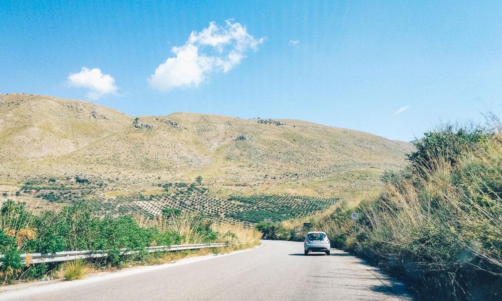 Как обойти Сицилию 5 отличных однодневных поездок из Палермо 5 отличных однодневных поездок из Палермо car on a road in sicily