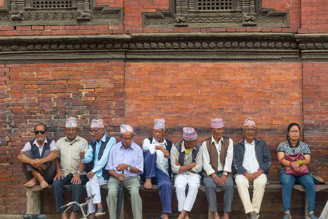 Непальский народ на площади Катманду Дурбар. Прочитайте эту статью, чтобы узнать лучшие места для посещения в Катманду во время вашей первой поездки. Чем заняться в Катманду Чем заняться в Катманду? nepalese people patan durbar square