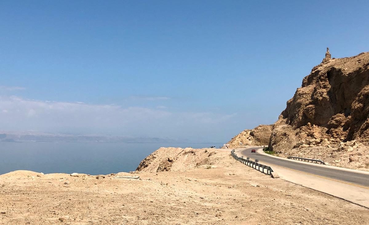 Мертвое море видно с шоссе.