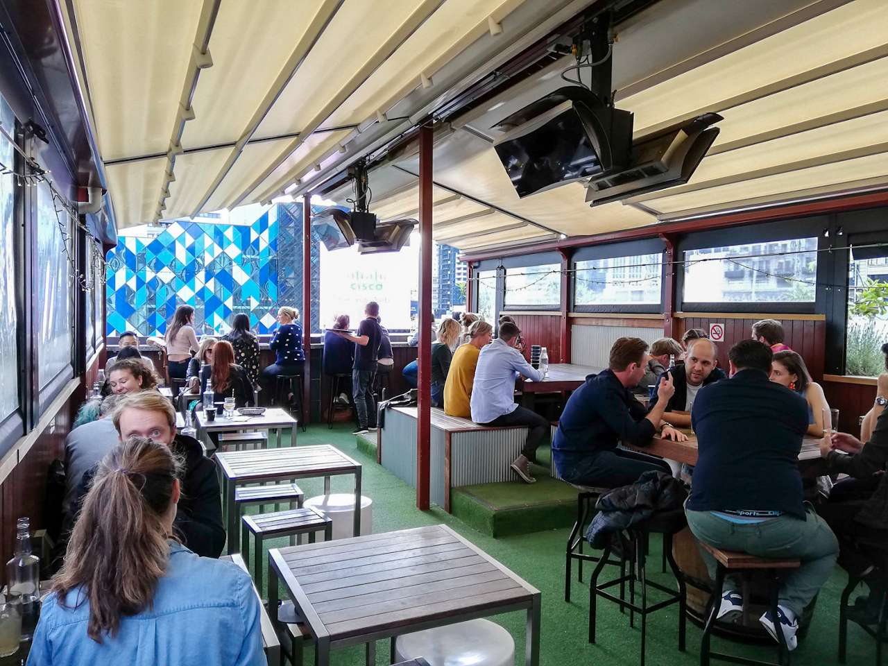 Goldilocks Rooftop Bar is one of the best bars with a view in Melbourne. Here are the top roofbars in Melbourne recommended by a local.