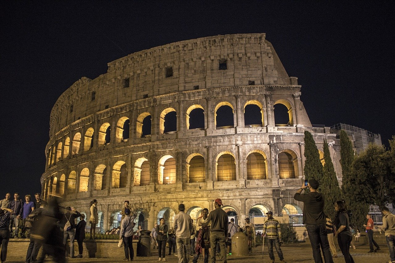 Колизей (Рим, Италия) является одной из главных туристических достопримечательностей в Европе. Откройте для себя лучшее, что можно увидеть в Европе, и добавьте эти туристические достопримечательности в Европу к своей следующей поездке в Европу. Туристические достопримечательности в Европе Туристические достопримечательности, которые обязательно нужно посетить в Европе rome colosseum