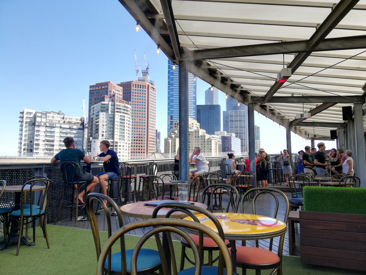 Discover the best rooftop bars in Melbourne, Australia. Read this article and discover the baes with the best views of Melbourne!
