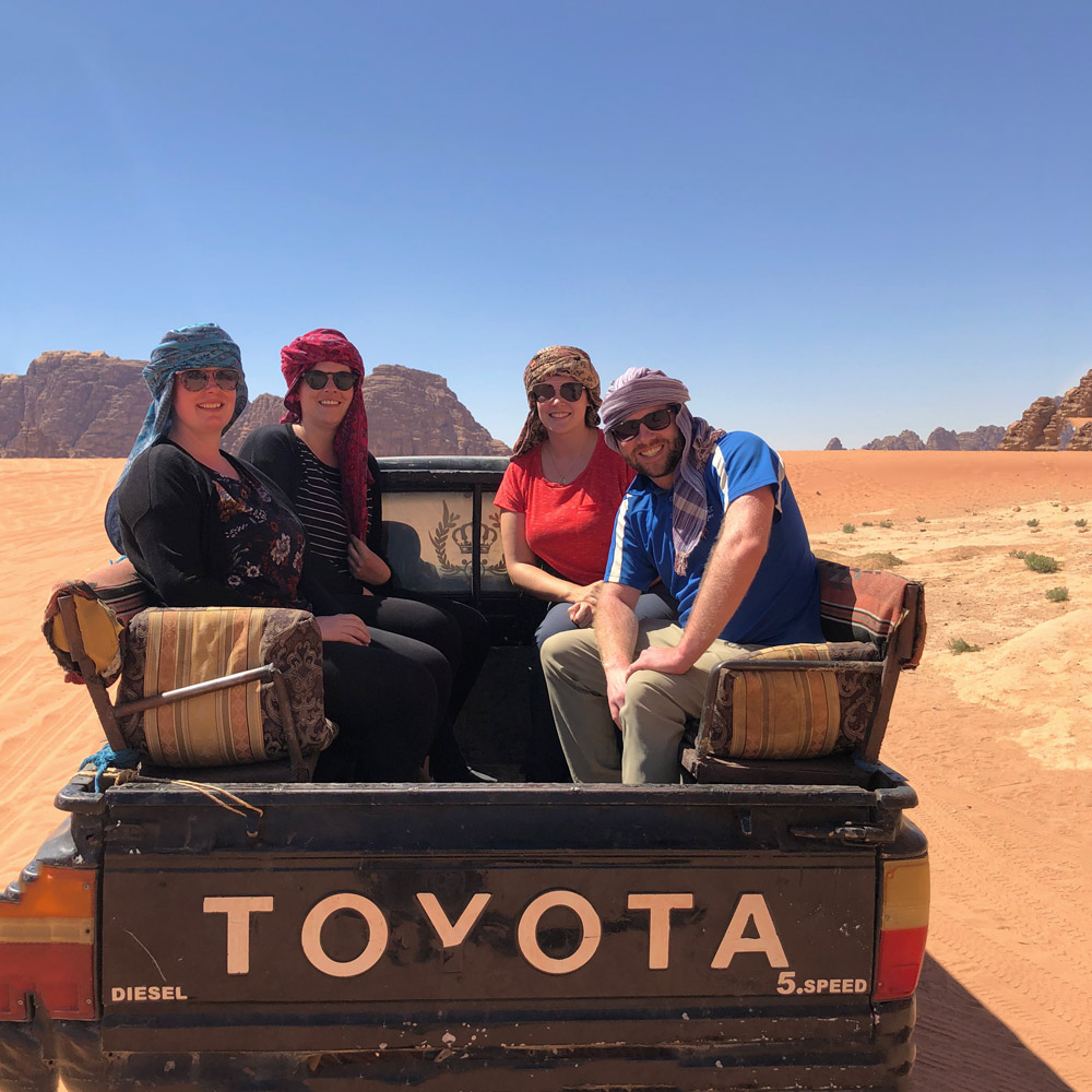 Во время отпуска в Иордании отправляйтесь в путешествие по Вади Рам. Используйте этот маршрут для Иордании и узнайте, как увидеть Иорданию за 7 дней. Иордании Маршрут 7 дней в Иордании Маршрут wadi rum jeep trip