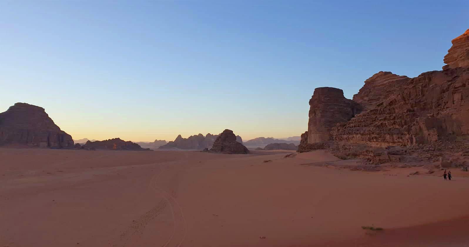 Полюбуйтесь закатом в Вади-Рам на каникулах в Иордании.  Используйте этот иорданский маршрут: 7 дней, чтобы узнать, как лучше всего провести время в Иордании за одну неделю. Иордании Маршрут 7 дней в Иордании Маршрут wadi rum sunset