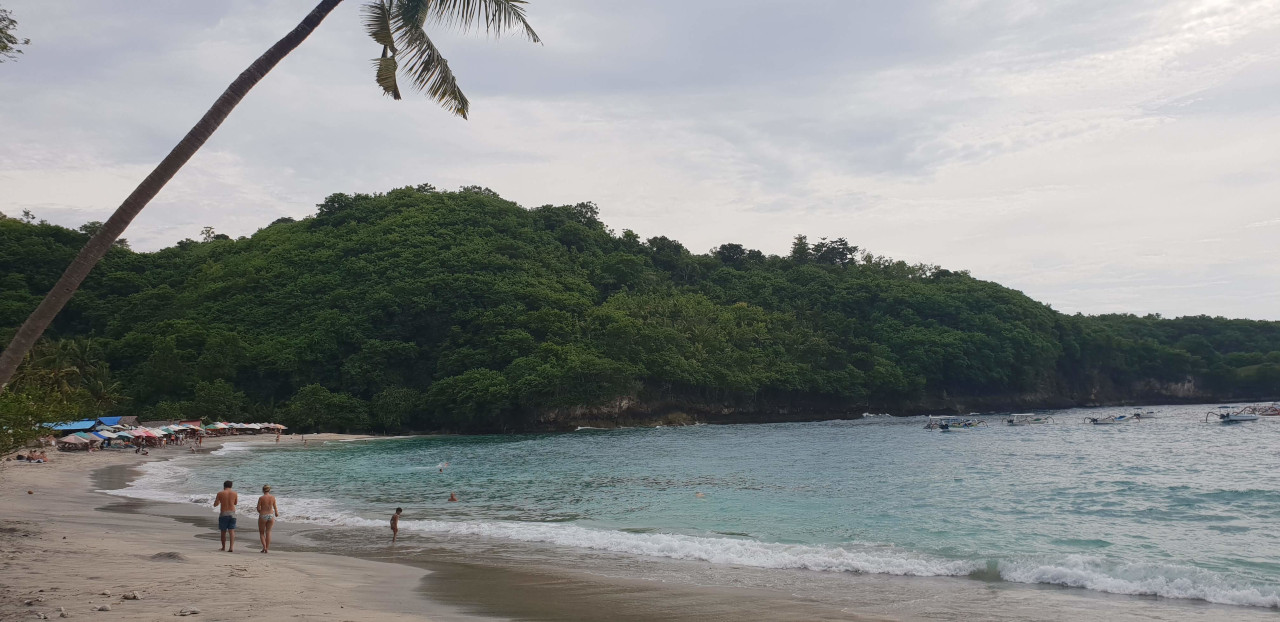 The beautiful Crystal Bay where you can spend a relaxed evening in Nusa Penida. The best Nusa Penida itinerary 24 hours