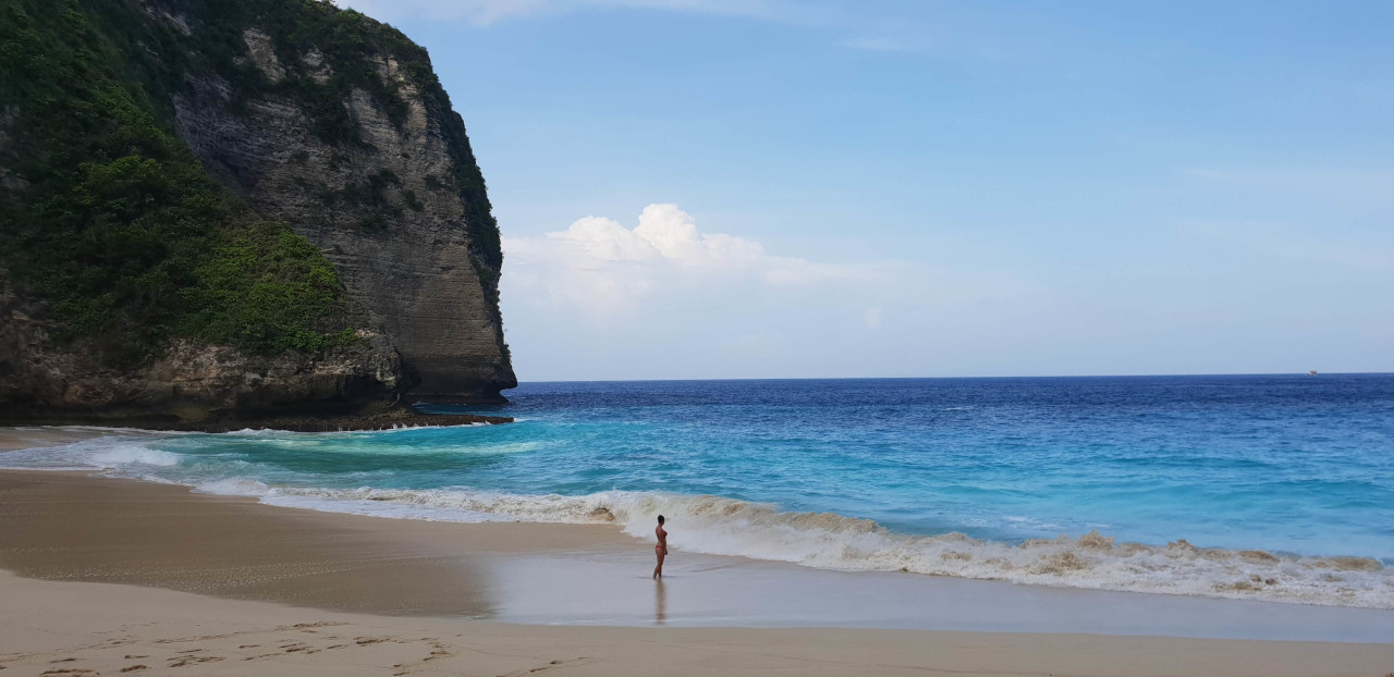 Pristine white sands and turquoise blue waters at the Kelingking beach. Discover what to do in 24 hours in Nusa Penida, near Bali, Indonesia