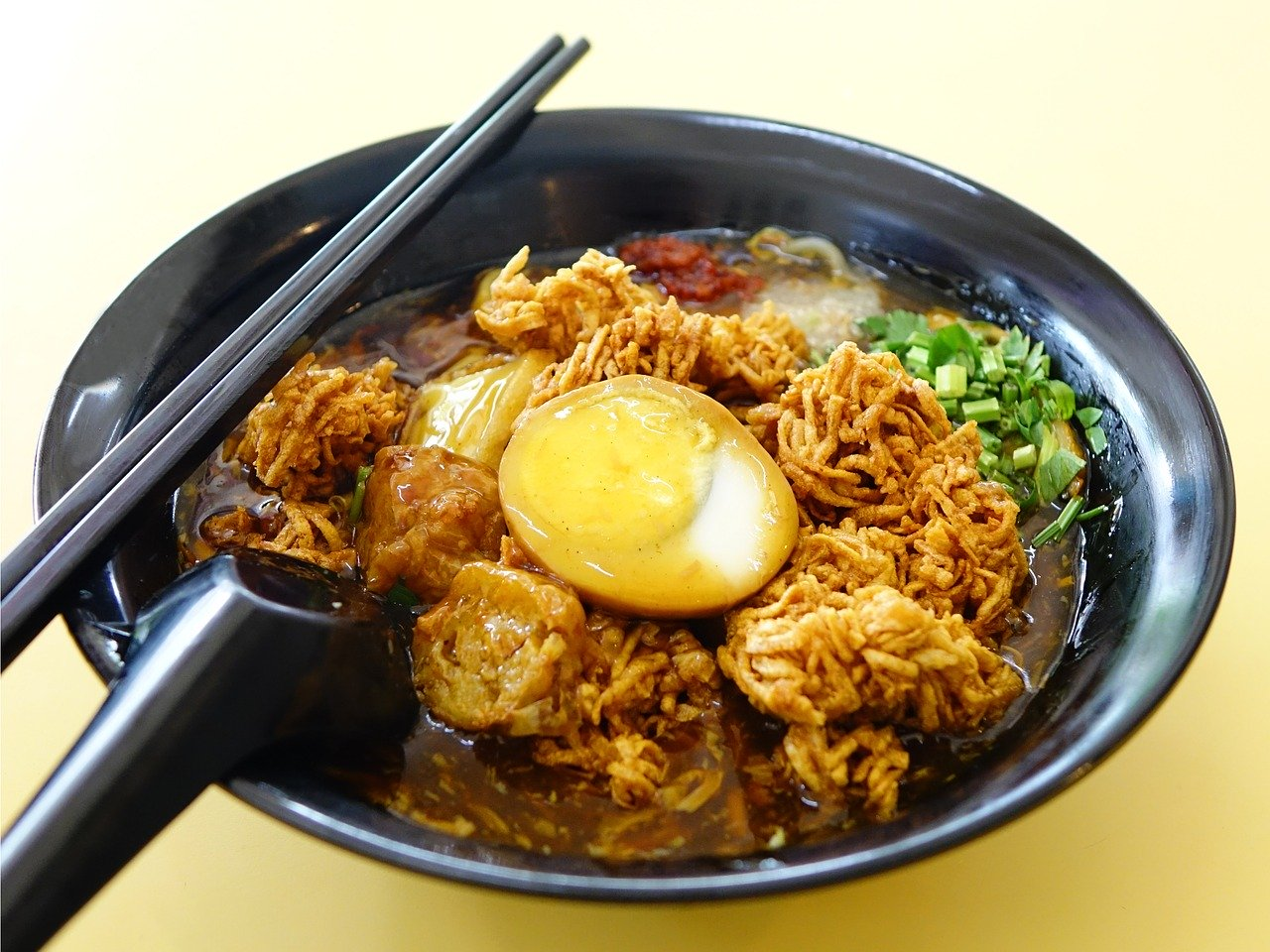 Lor Mee is a popular breakfast food in Singapore. Discover the food in Singapore and amazing Singaporean dishes to eat from this article