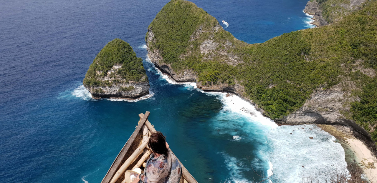 Spectacular view from the Kelingking Panorama Viewpoint. Discover how to visit Nusa Penida in 1 day