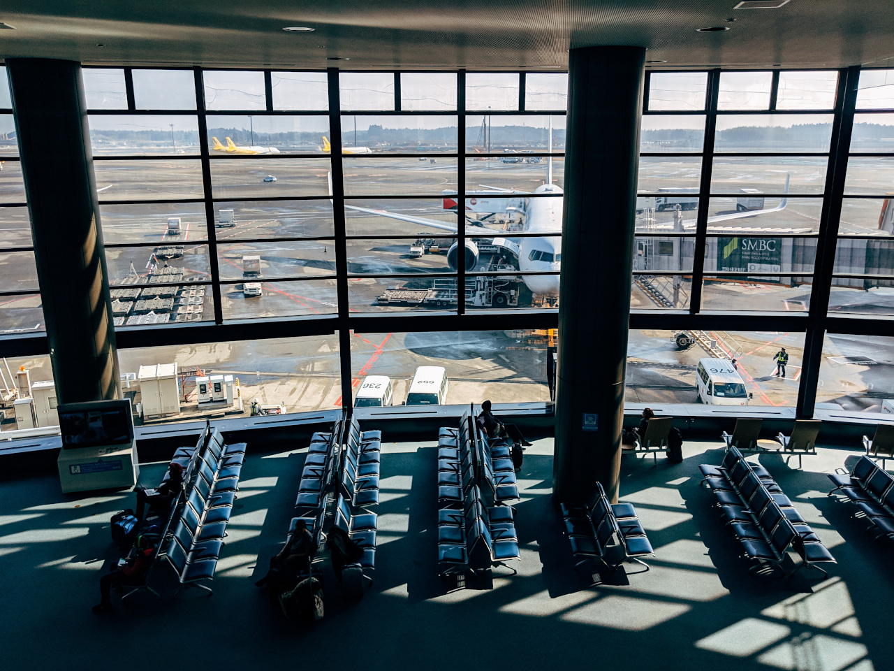 Talking to someone new is one of the best things to do at the airport. Discover 35 things to do whilst waiting for your flight from this article