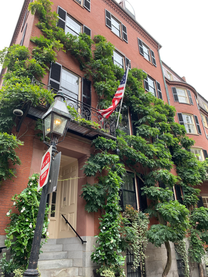 Beacon Hill is one of the top points of interest in Boston USA. This article presents you useful Boston tips and great Boston attractions to include on your Boston itinerary